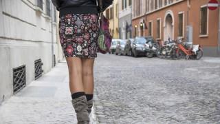 Eine junge Frau läuft eine Straße entlang