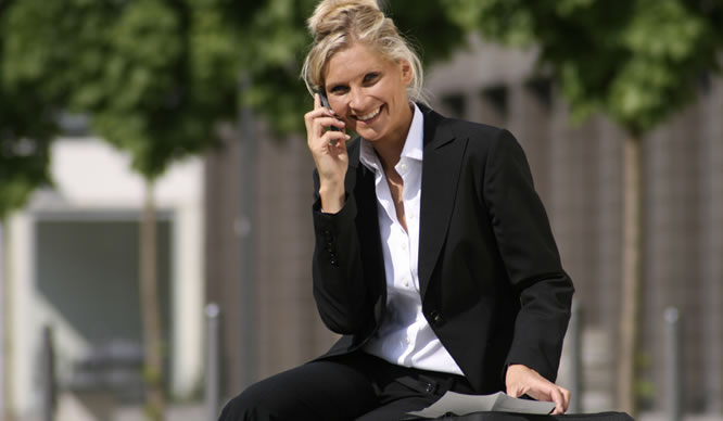 Eine Frau im Business-Dress telefoniert