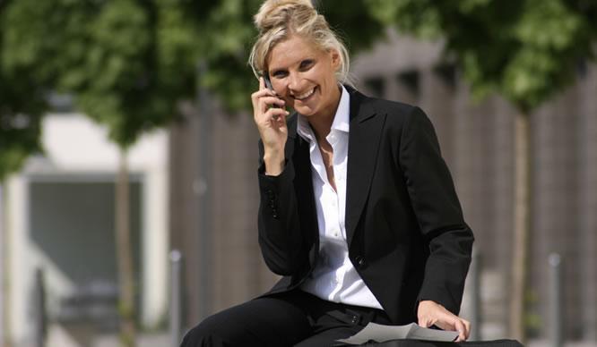Eine Frau im Business-Dress telefoniert