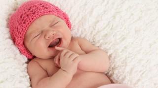 Ein schreiendes Neugeborenes in seiner Krippe