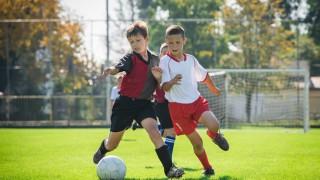 Zwei Kinder in Zweikampf beim Fußball