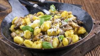 Gnocchi mit Pilzen in einer Pfanne
