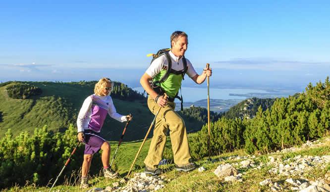 Ein Paar beim Nordic Wandern in den Bergen