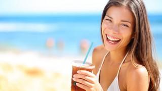 Mit Selbstbräuner holt man sich ohne Strandurlaub eine schöne Hautfarbe.
