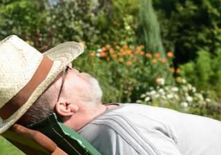 Ein älterer Mann hält entspannten Mittagsschlaf