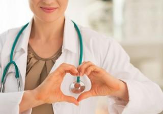 Ärztin form Herz mit ihren Händen