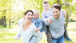 Eine glückliche Familie im Grünen