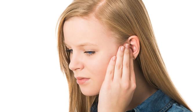 Ein junges Mädchen hat Tinnitus