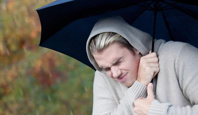 Ein Mann schützt sich vor dem Regenwetter