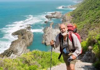 Ein älterer Mann bei einer Bergwanderung