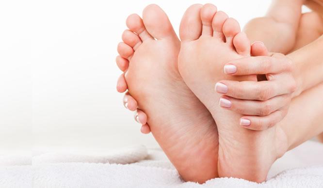 Hühneraugen entstehen schnell: Pflegen Sie Ihre Füße.
