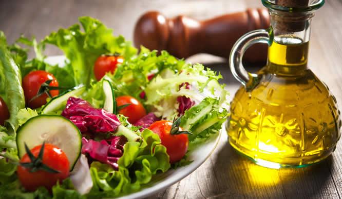 Ein Teller frischer Salat