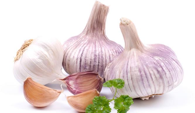 Knoblauch ist auch als Saft gut für die Verdauung.