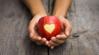 Ein Apfel mit Herz-Verzierung