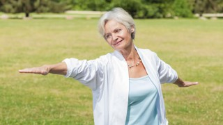 Eine Seniorin macht Tai Chi-Übungen