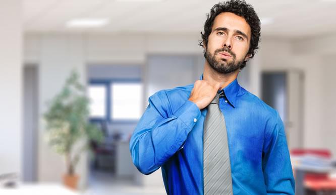 Ein vor Stress schwitzender Geschäftsmann