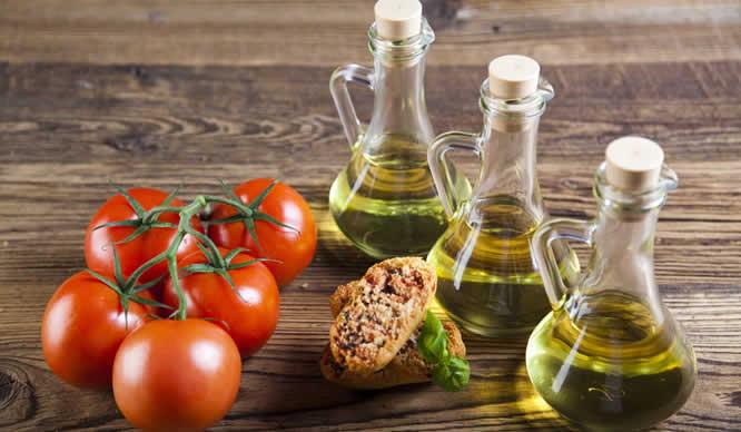 Frische Tomaten und Olivenöl aus dem Mittelmeerraum