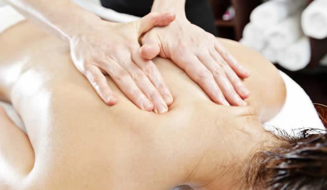 Eine Massage nach Ayurveda kann gegen MS helfen