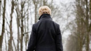 Eine einsame Frau in einem trostlosen Park