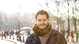 Ein Mann in einem winterlichen Park