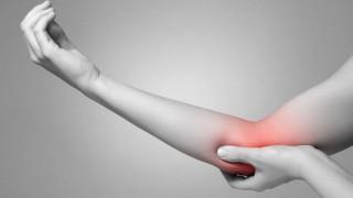 Bildausschnitt eines Arms mit Gelenkschmerzen