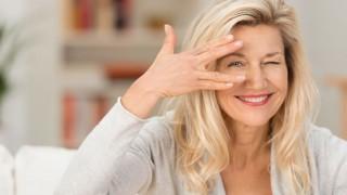 Eine Frau mittleren Alters lächelt sympathisch in die Kamera