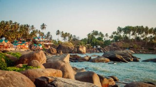 Ein felsiger Strand in Goa