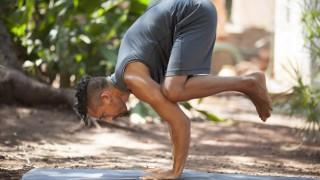 Ein Mann führt Yoga-Übungen aus