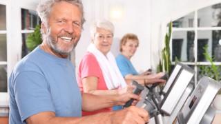 Ein aktiver Senior trainiert im Fitnessstudio