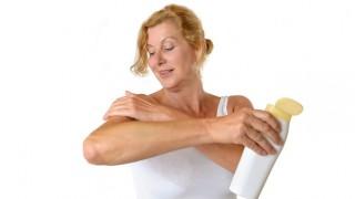 Pflege ist bei Neurodermitis und Schuppenflechte sehr wichtig.