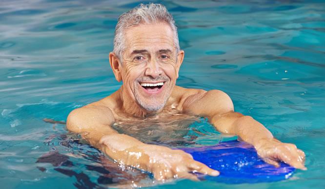 Bewegung hilft vor allem Senioren beim Abnehmen.