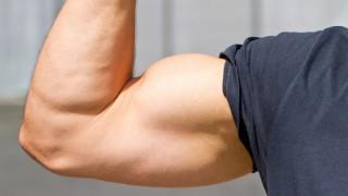 Der muskulöse Bizeps eines Mannes