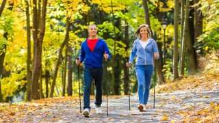 Nordic Walking im Herbstwald