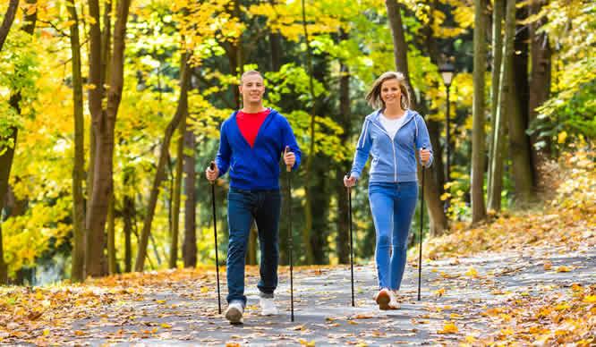 Nordic Walking im Herbstwald