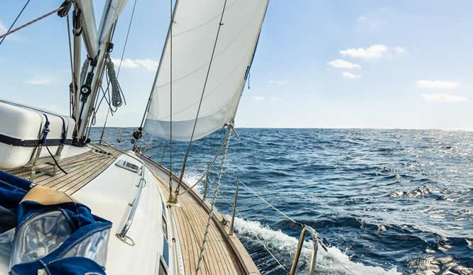 Ein Segelboot bei starkem Wellengang