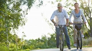 Ein älteres Ehepaar macht eine Radtour