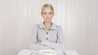 Eine junge Frau mit Ess-Störung