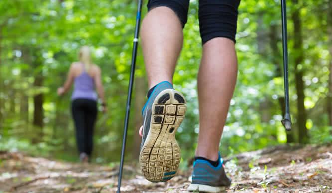 Ein Paar beim Nordic Walking