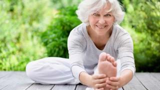 Eine vitale Seniorin macht Dehnübungen