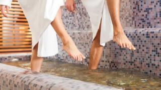 Eine Frau und ein Mann beim Wassertreten