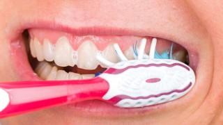 Nahaufnahme eines Mundes beim Zähneputzen