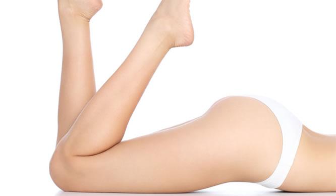 Eine junge Frau liegt auf dem Bauch