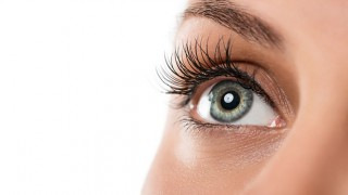 Nahaufnahme des linken Auges einer Frau