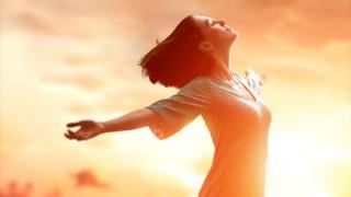 Eine junge Frau atmet befreit