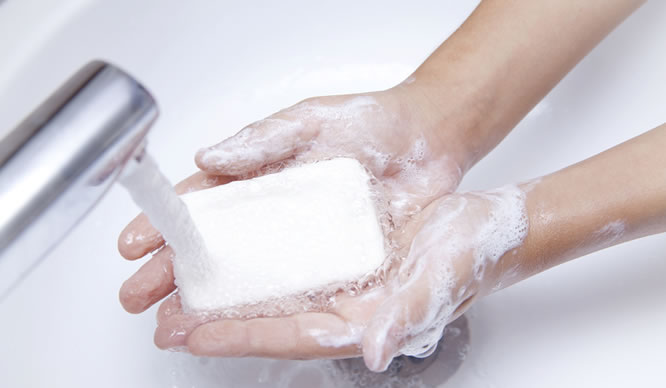 Händewaschen mit einem Stück Seife