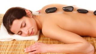 Beliebt: Massagen mit heißen Steinen.