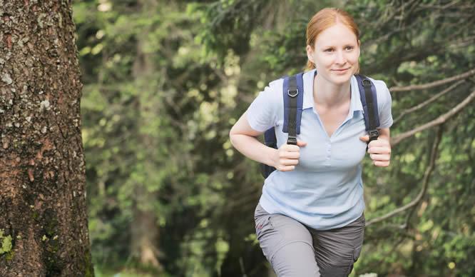 Eine Junge Frau wandert einen Berg hinauf