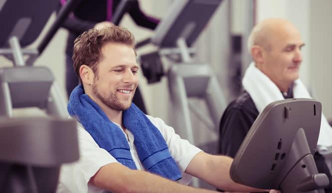Ein junger Mann trainiert im Fitnessstudio