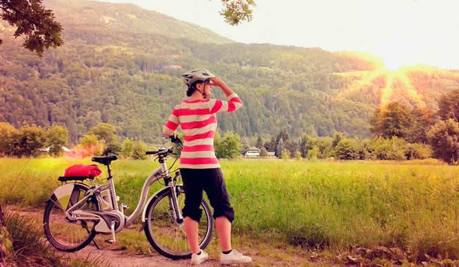 Eine Frau legt bei ihrer Radtour eine Pause ein