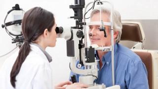 Ein Senior beim Augenarzt
